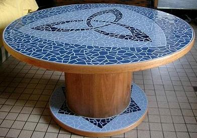 une table haute avec un touret au fil de l 39 eau bois flott. Black Bedroom Furniture Sets. Home Design Ideas